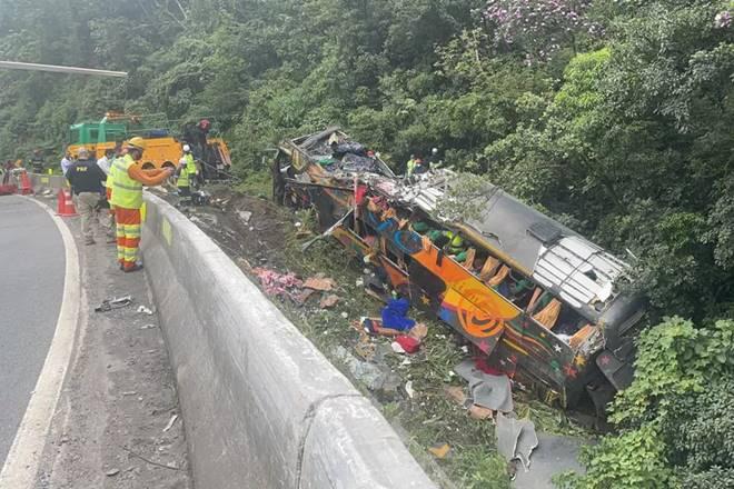 Ônibus saiu da pista e tombou, em Guaratuba — © Arquivo pessoal/Juliano Neitzke
