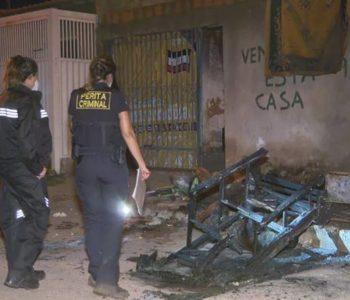 Peritos da PCDF analisam corpo de homem encontrado carbonizado em Santa Maria — © PCDF