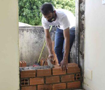 Prefeito Marcos Silva construindo parede na prefeitura - @Cortesia