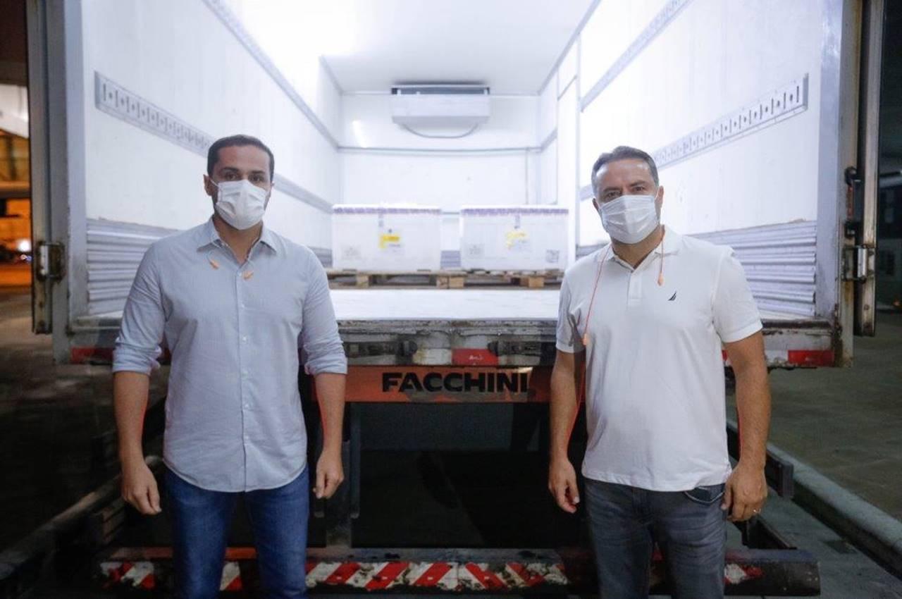 Renan Filho e Alexandre Ayres receberam os imunizantes no Aeroporto de Maceió — © Agência Alagoas