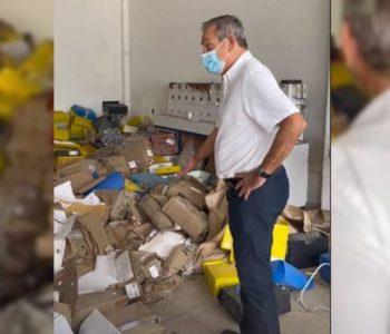 Ronaldo Lessa flagra vários processos jogados ao chão na Sima — © Reprodução