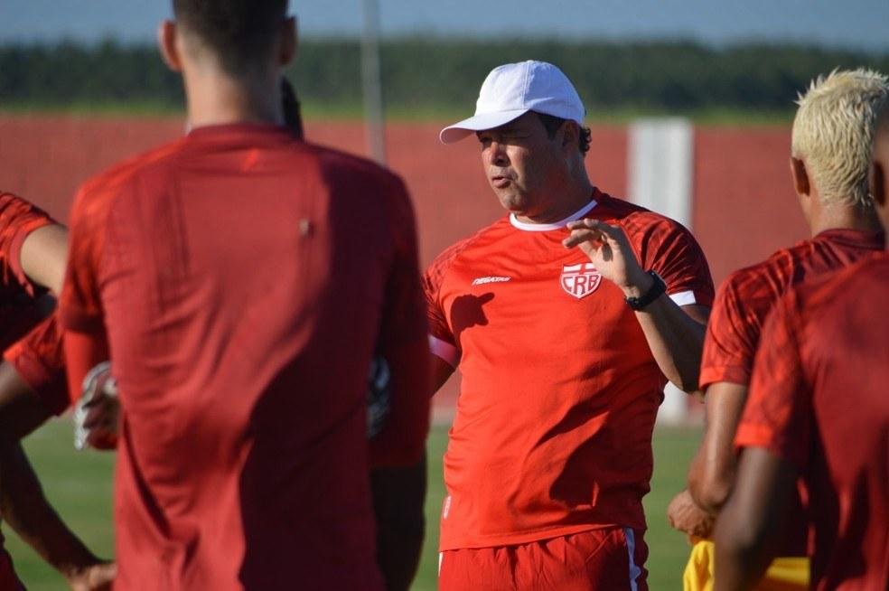 Técnico Roberto Fernandes com jogadores em treinamento — © Ascom