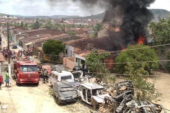 """Incêndio atinge oficina mecânica no """"Robertão"""", em União dos Palmares — © Cortesia ao BR104"""
