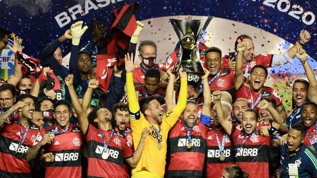 Flamengo Levantando a taça do Brasileiro — © Reprodução
