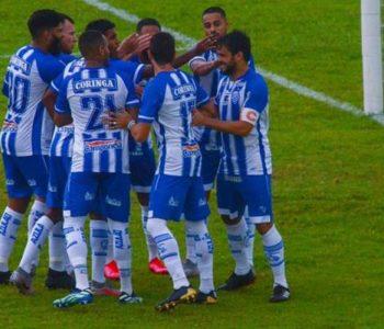 Atletas do CSA comemorando o quarto gol no primeiro tempo da partida — © Augusto Oliveira
