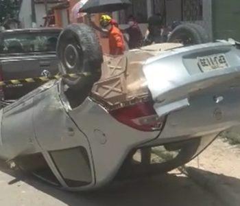 Carro desce ladeira desgovernado, atropela pedestres e capota em Satuba — © Reprodução