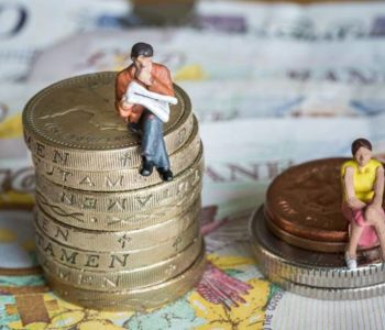 Empresas irão pagar multa caso paguem salários diferentes para homens e mulheres que exerçam a mesma função — © Reprodução/LAIPP