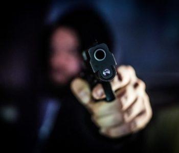 Homem segurando revolver - @Reprodução