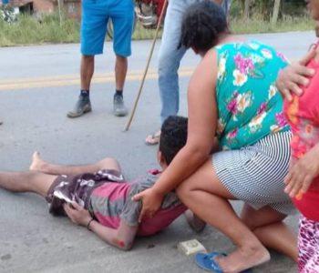 Jovem ficou estendido no acostamento da via e foi amparado por populares — © BR104