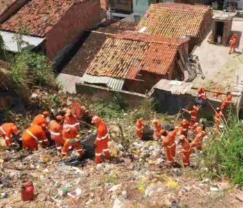Trabalhadores realizando limpeza em grotas de Maceió – © Assessoria