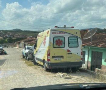 Ambulância abandonada em oficina pela Prefeitura de Flexeiras — © Reprodução