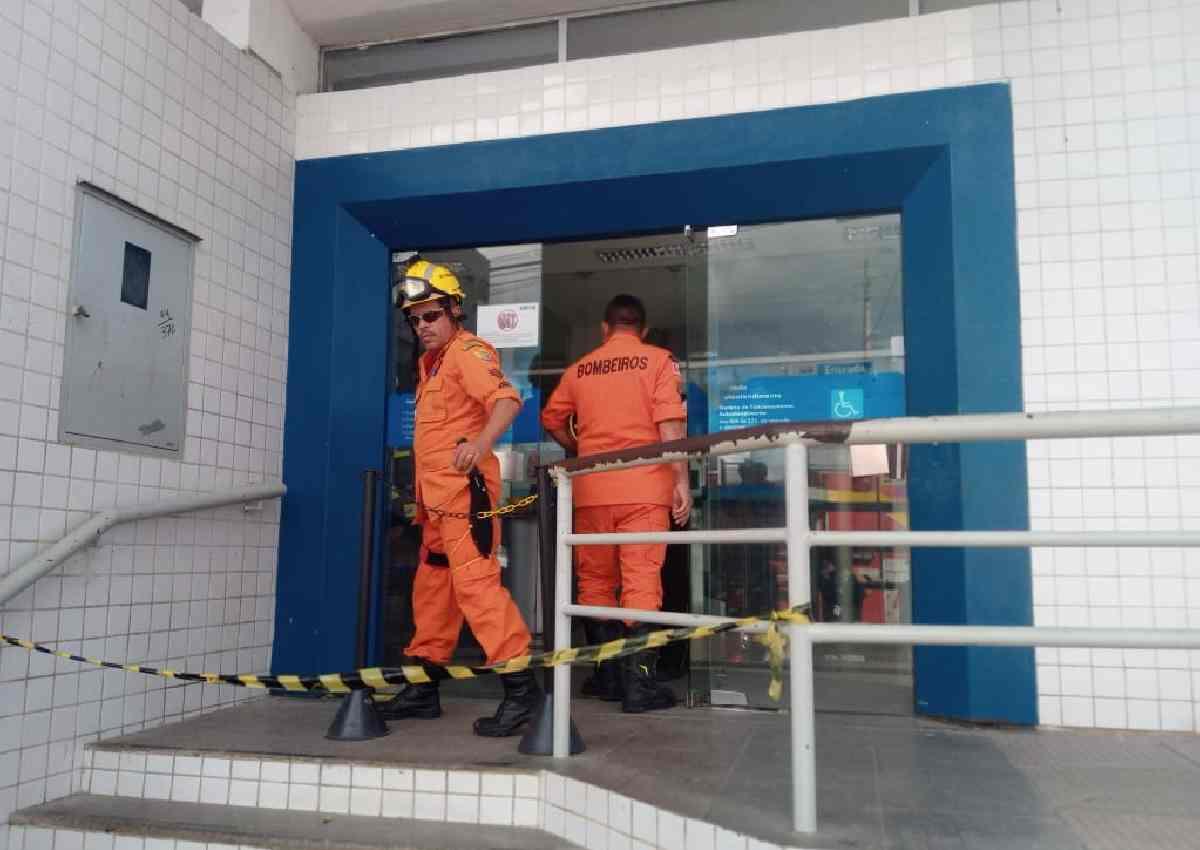 Bombeiros fizeram vistoria na agência — © Gustavo Lopes/BR104
