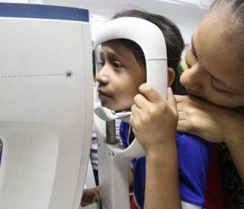 Criança fazendo exame de vista - Foto: Winnetou Almeida