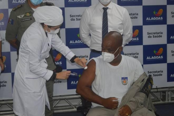 Imunização seguirá o critério de faixa etária e ocorrerá nas sedes das corporações — © Agência Alagoas
