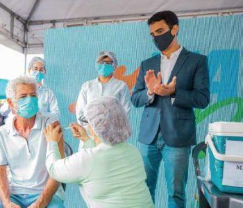 Prefeito JHC acompanhando vacinação