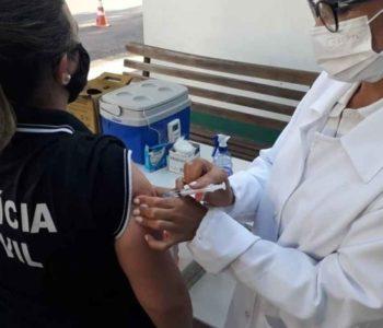 Integrante da PC sendo vacina contra a Covid-19 – © Divulgação/SES
