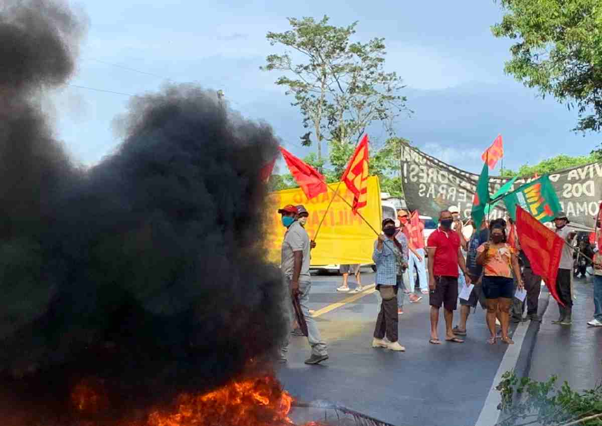 A pista foi interditada por cerca de três horas com galhos de árvore e pneus em chamas — © Larissa Galindo/BR104