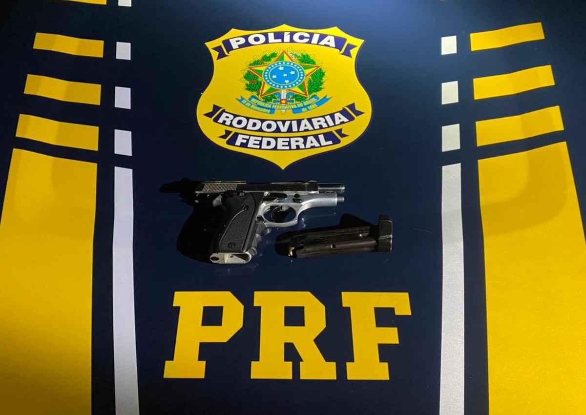Arma da marca Taurus foi encontrada durante averiguação no interior do carro — © Assessoria