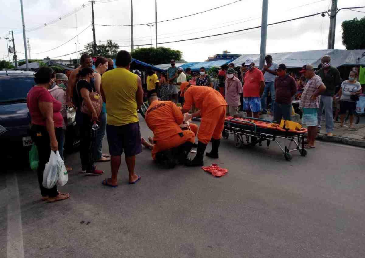 Bombeiros fazem socorro de idosa atropelada — © Gustavo Lopes/BR104