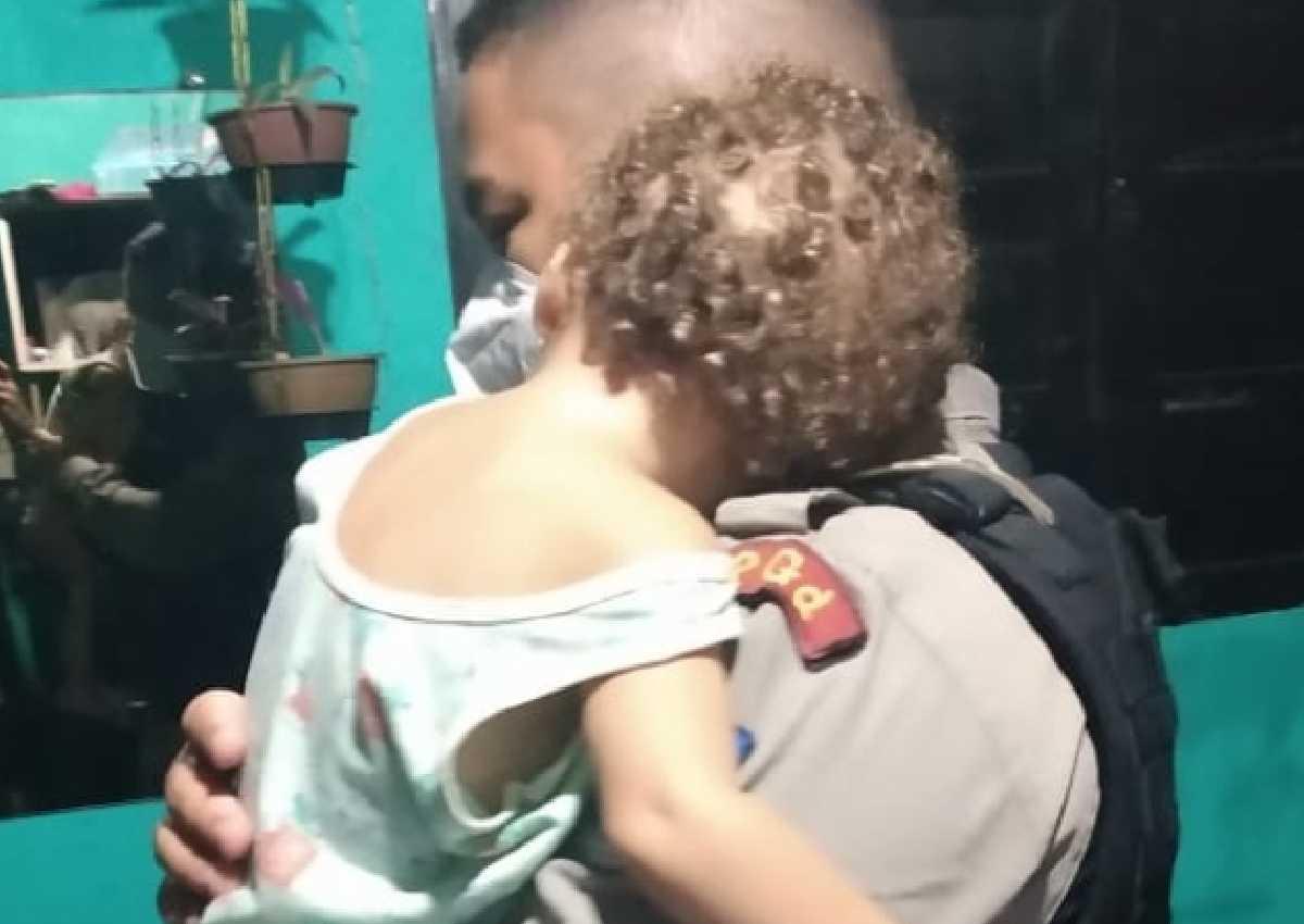 Durante ocorrência, uma das crianças foi acalmada e adormeceu nos braços de soldado — © PMAL