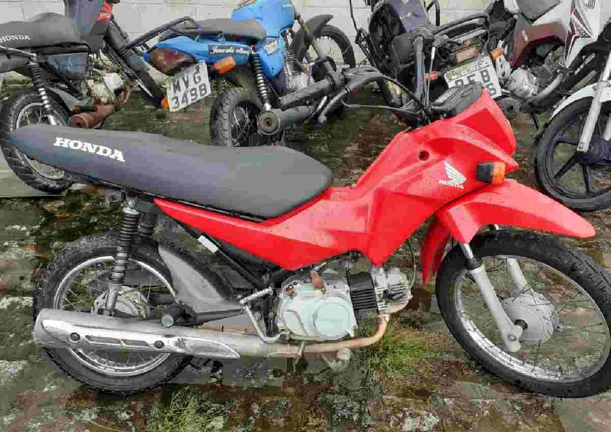 Motocicleta recuperada pelos militares do 2º BPM — © PMAL