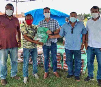 Olavo Neto realiza entrega de sementes para pequenos agricultores de Murici –© Assessoria