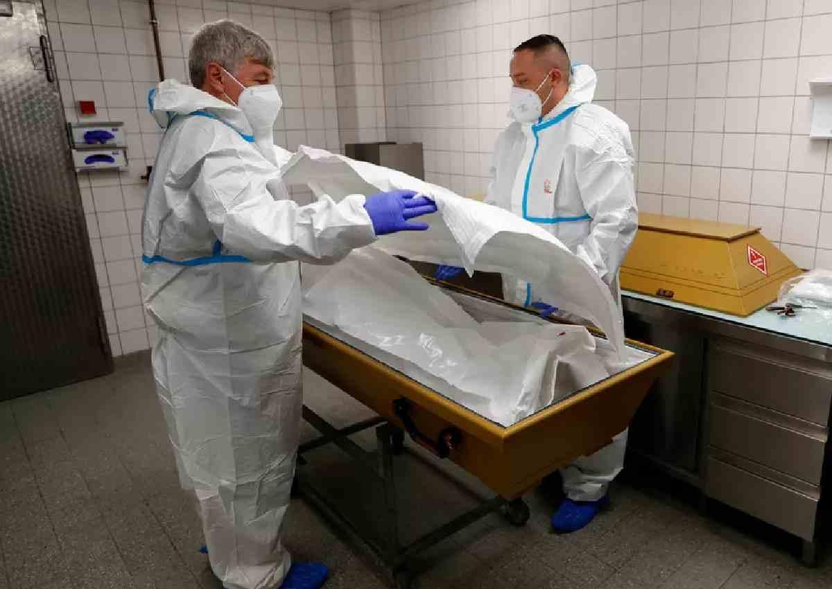 Profissionais preparam o corpo de vítima da Covid-19 em Berlim, na Alemanha — © Fabrizio Bensch/Reuters