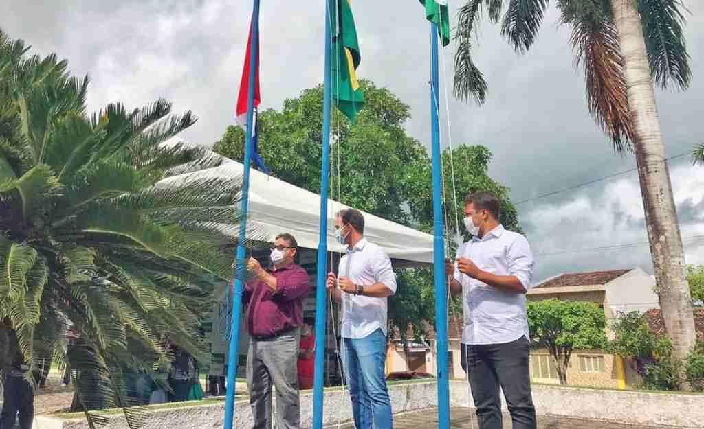 Prefeito Olavo Neto, vice Hemi Filho e vereador Fausto Cardoso hasteando as bandeiras – © Assessoria