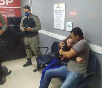 Adolescente sequestrada em Arapiraca abraça o pai após o resgate — © Polícia Civil