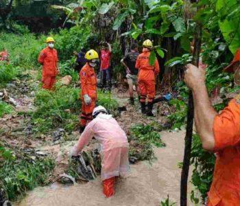 Bombeiros encontraram corpo de criança em córrego — © CBM