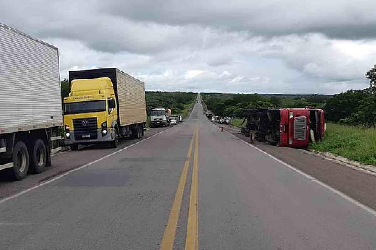 Caminhão tombou após o acidente — © PRF