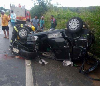 Carro capotou na BR-104 e duas pessoas ficaram feridas — © CBM