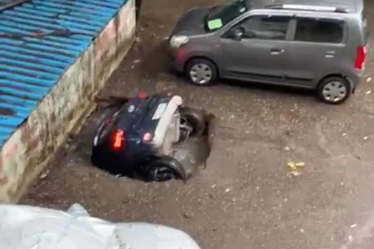 Carro foi engolido por cratera — © Reprodução