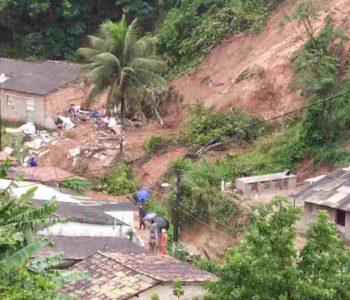 Deslizamento de barreira derruba casa na Chã da Jaqueira — © CBM