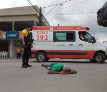 Homem permaneceu deitado na via aguardando o socorro médico — © Gustavo Lopes/BR104