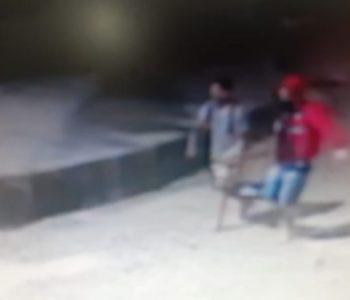 Homens são flagrados furtando bateria de caminhão em Murici — © Reprodução