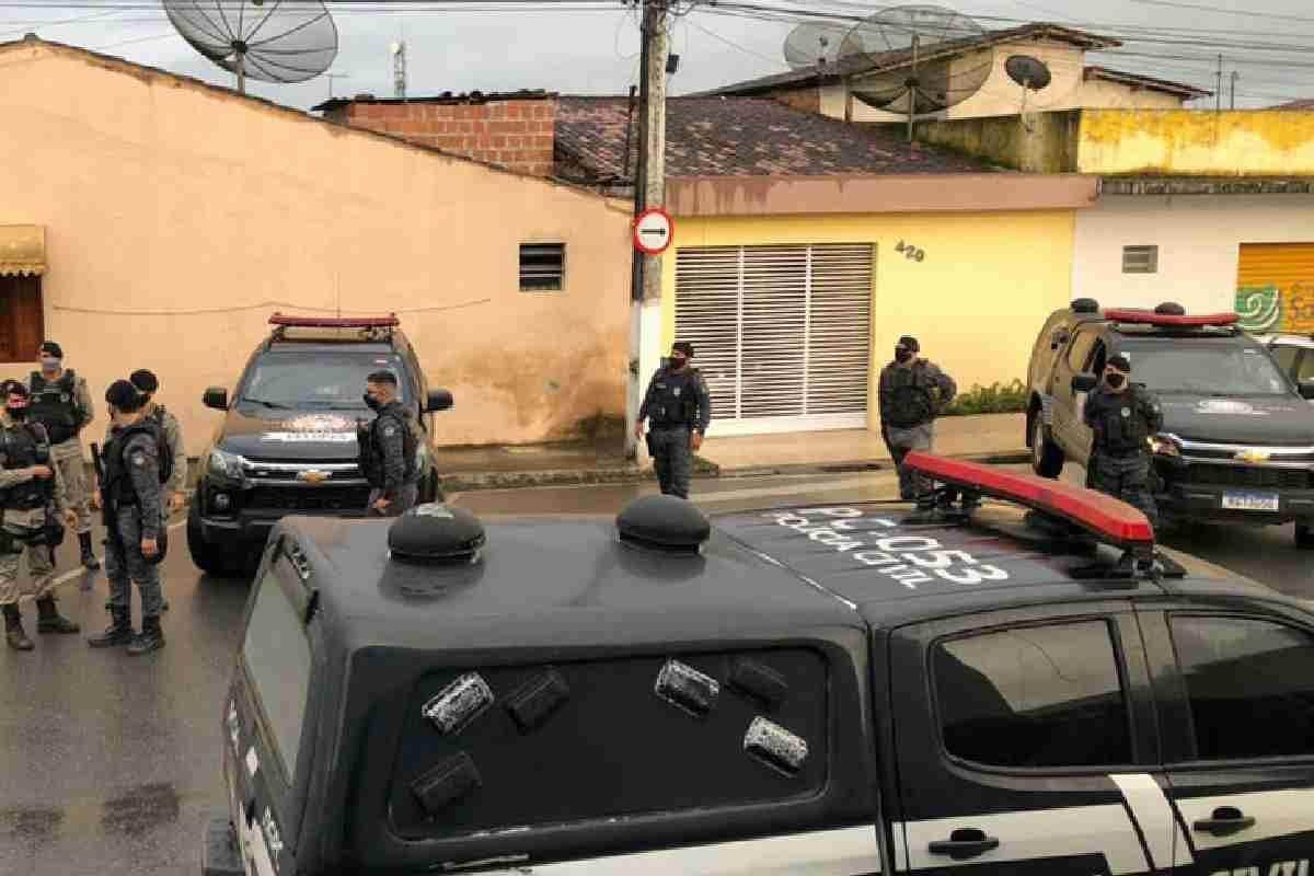 Movimentação policial em frente à 11ª DRP — © PCAL