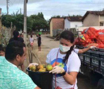 Servidores distribuindo alimentos para população branquinhense – © Assessoria