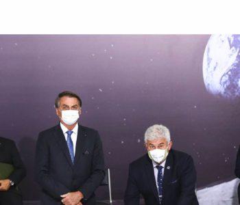 Jair Bolsonaro e Ministro Pontes na cerimônia em Brasília (Imagem: Reprodução / Agência Brasil)