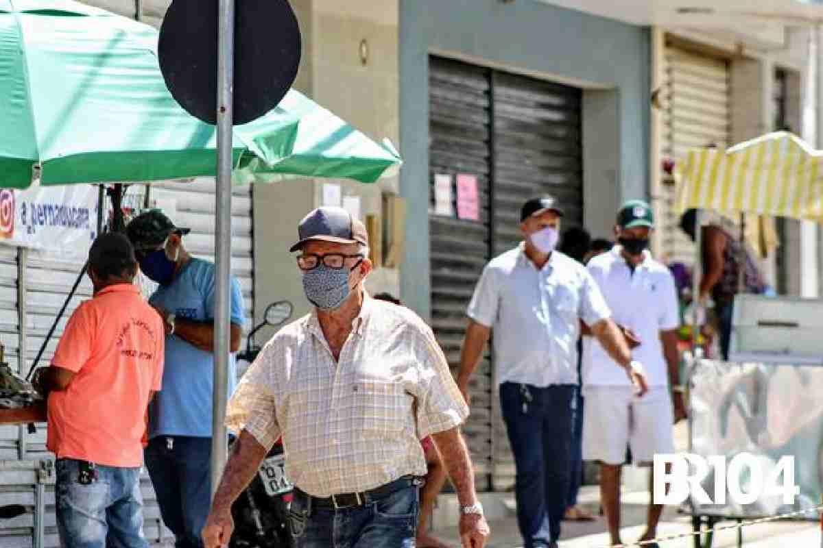Pessoas usando máscara — © BR104