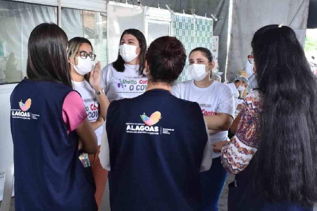 Secretária de Saúde Geany Vergeth e integrantes do PNI de Alagas — © Arquivo Pessoal