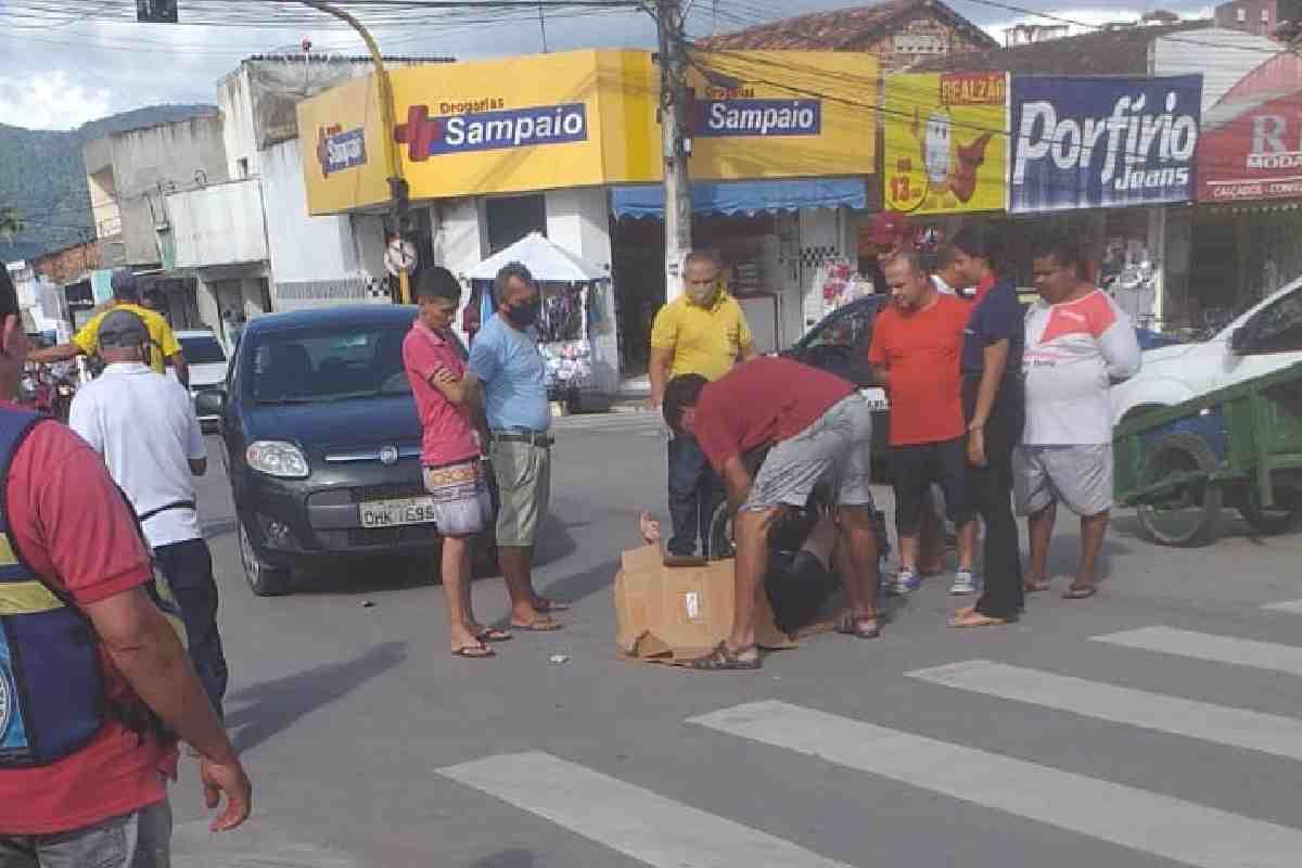 Vítima sendo aparada por populares que aguardam a chegada do socorro — © Cortesia ao BR104