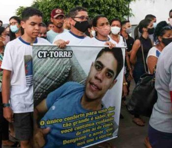 Amigos e familiares durante despedida do jovem Luandenysson Leite, de 24 anos | © Rayanne Rodrigues/BR104