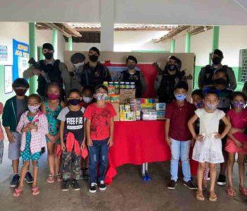 Entrega de material às escolas foi realizada pelas guarnições | © PMAL