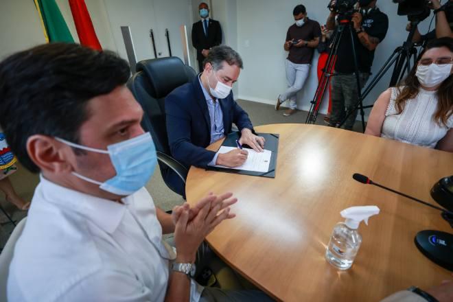 Governador Renan Filho assinando o documento - @Divulgação