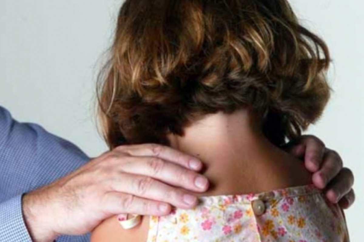 Menor confirmou abusos que aconteciam com consentimento da mãe | © Ilustração