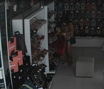 Mulher escondeu par de chinelos em uma sacola preta   © Reprodução/Vídeo