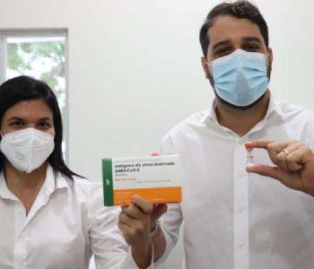 Secretária de saúde e o prefeito Arthur Freitas –© Assessoria