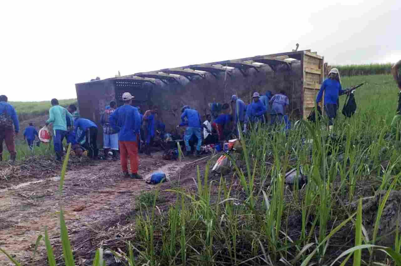 As vítimas estavam na carroceria do veículo e sendo transportadas de maneira irregular   © Cortesia