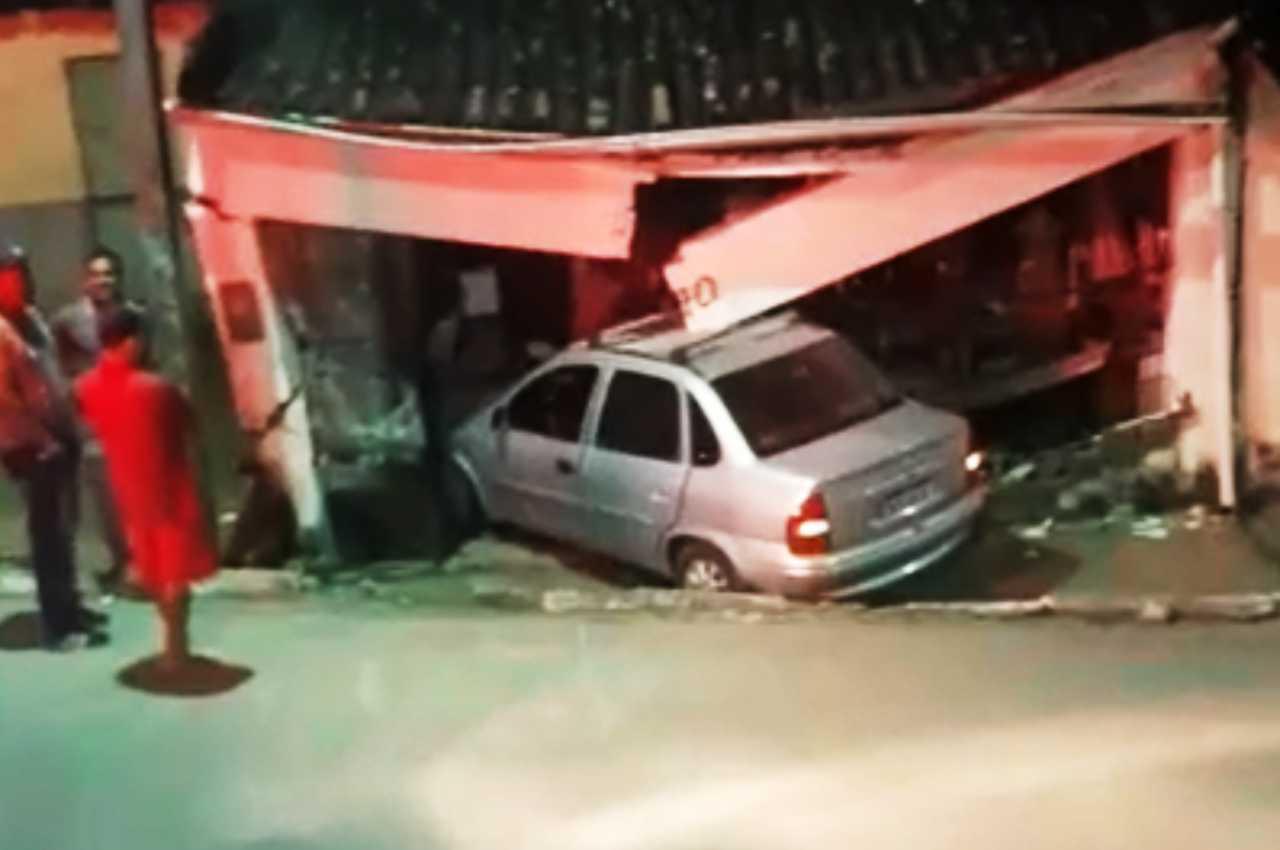Carro invadiu casa e família ficou presa em Murici | © Reprodução